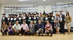 Formados do Curso  de Serviço Social, com Presidente Erney A. de Paula, vereadores Fabiana Lourenço e Manoel Brandão, Prefeito Maicon Lopes e demais autoridades.