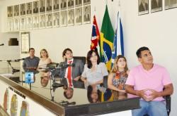 Integrantes da Mesa das autoridades assistem a vídeo durante entrega de certificados.