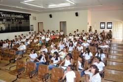 Alunos da Escola Odulfo Oliveira Guimarães em palestra sobre prevenção ao câncer e ao tabagismo.