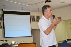 Professor Renato faz explanações em palestra sob prevenção ao câncer e ao tabagismo.