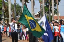 Membros da Oderm DeMolay desfilam com Bandeiras.