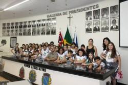 Presidente da Câmara Municipal, Erney Antônio de Paula, professoras Frorisvalda e  Daislaine, e alunos no 4º ano do colégio Alpha COC.