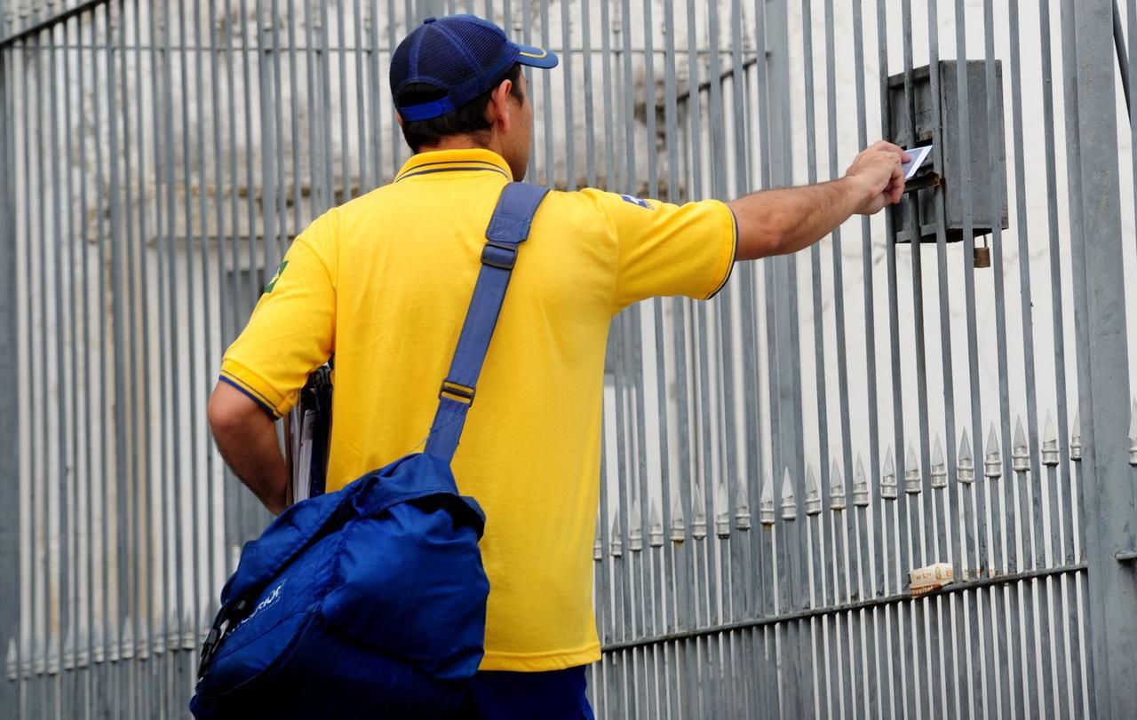 Funcionário dos Correios. (Imagem retirada da internet).