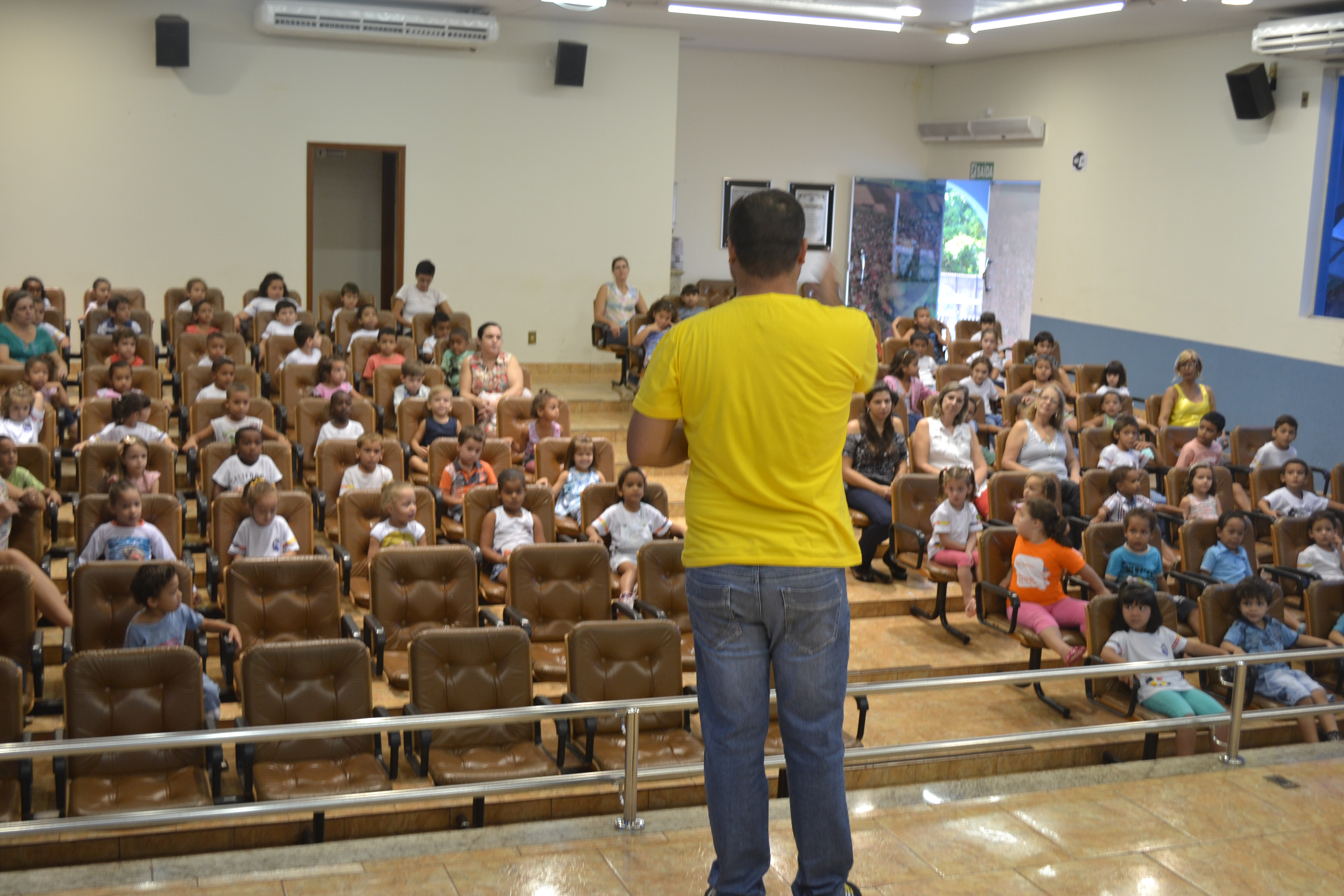 Alunos da rede municipal de ensino assistem palestra promovida pelo Projeto  Viraverde