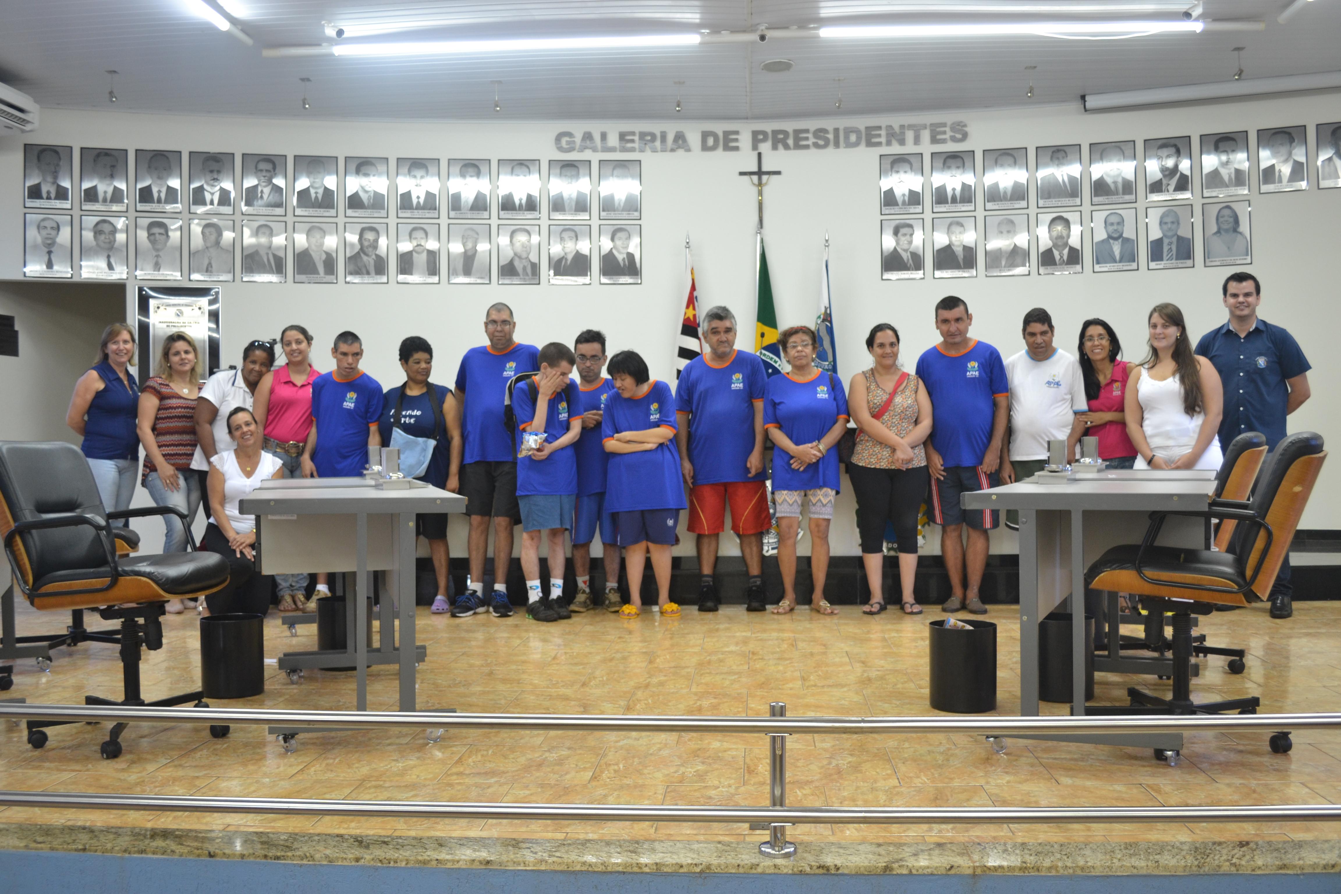 Alunos assistidos pela APAE de Viradouro visitam as dependências da Câmara Municipal.