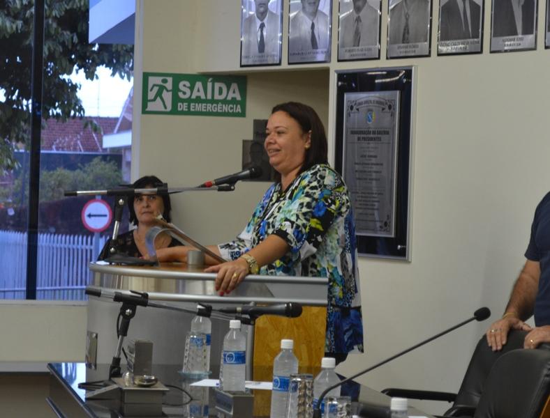 """Presidente da Câmara Municipal, Fabiana Lourenço da Silva discursa durante  a 3ª edição do Projeto  """"Profissionalização, Informação e Formação""""."""