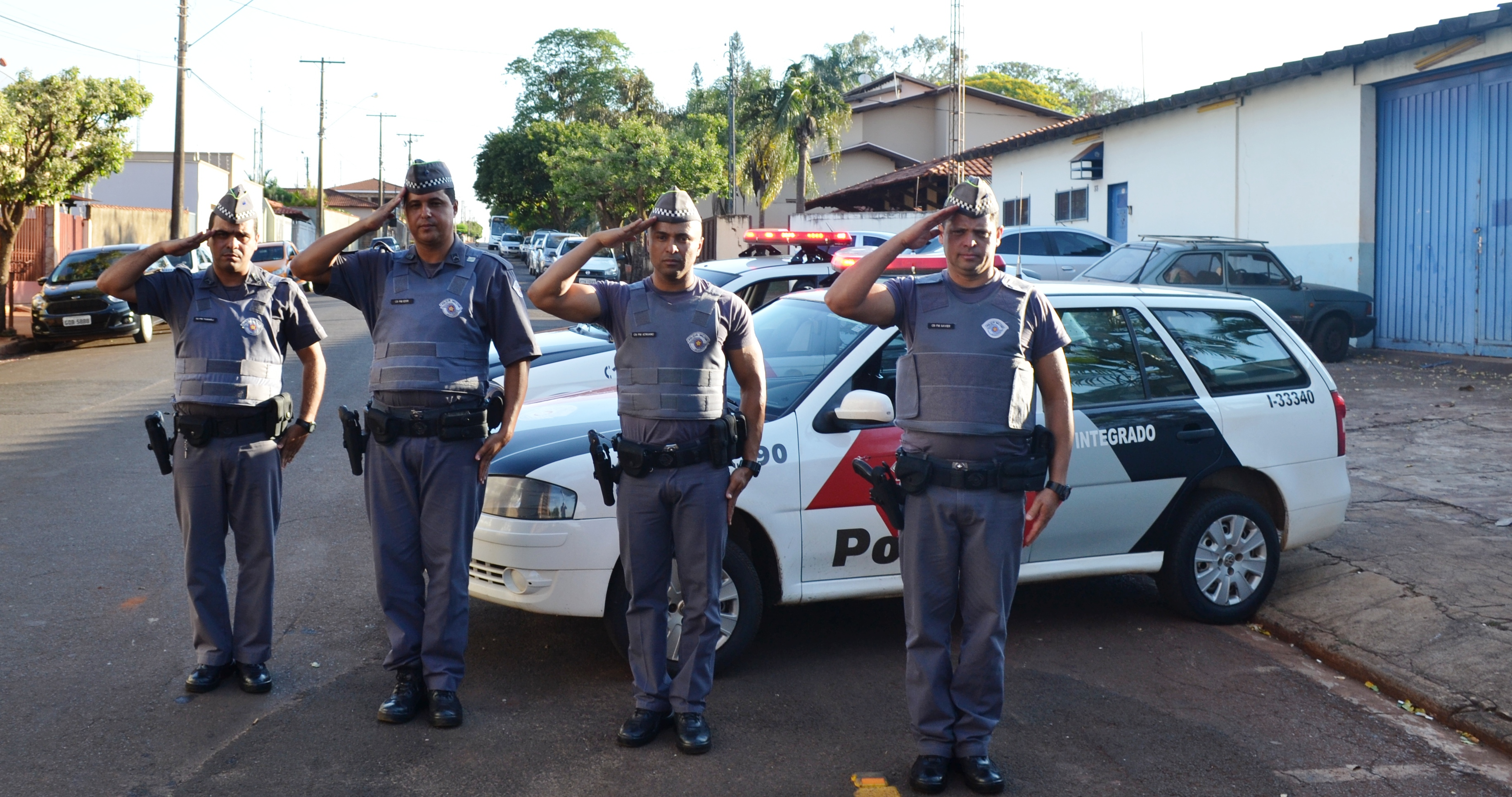 Polícia Militar presta homenagem à policial morto em confronto.