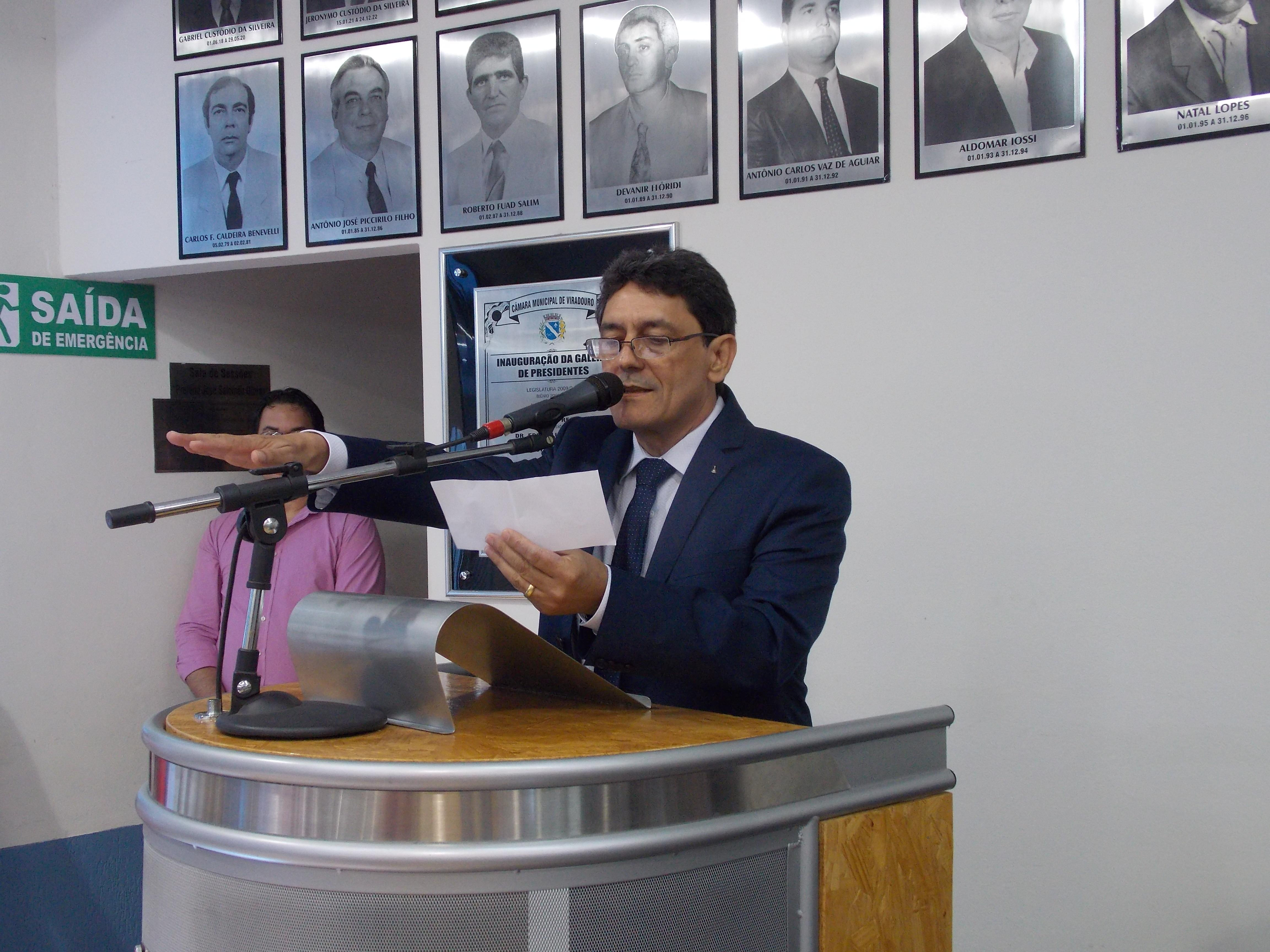 Prefeito Cal Ribeiro realizando o juramento durante sua posse.