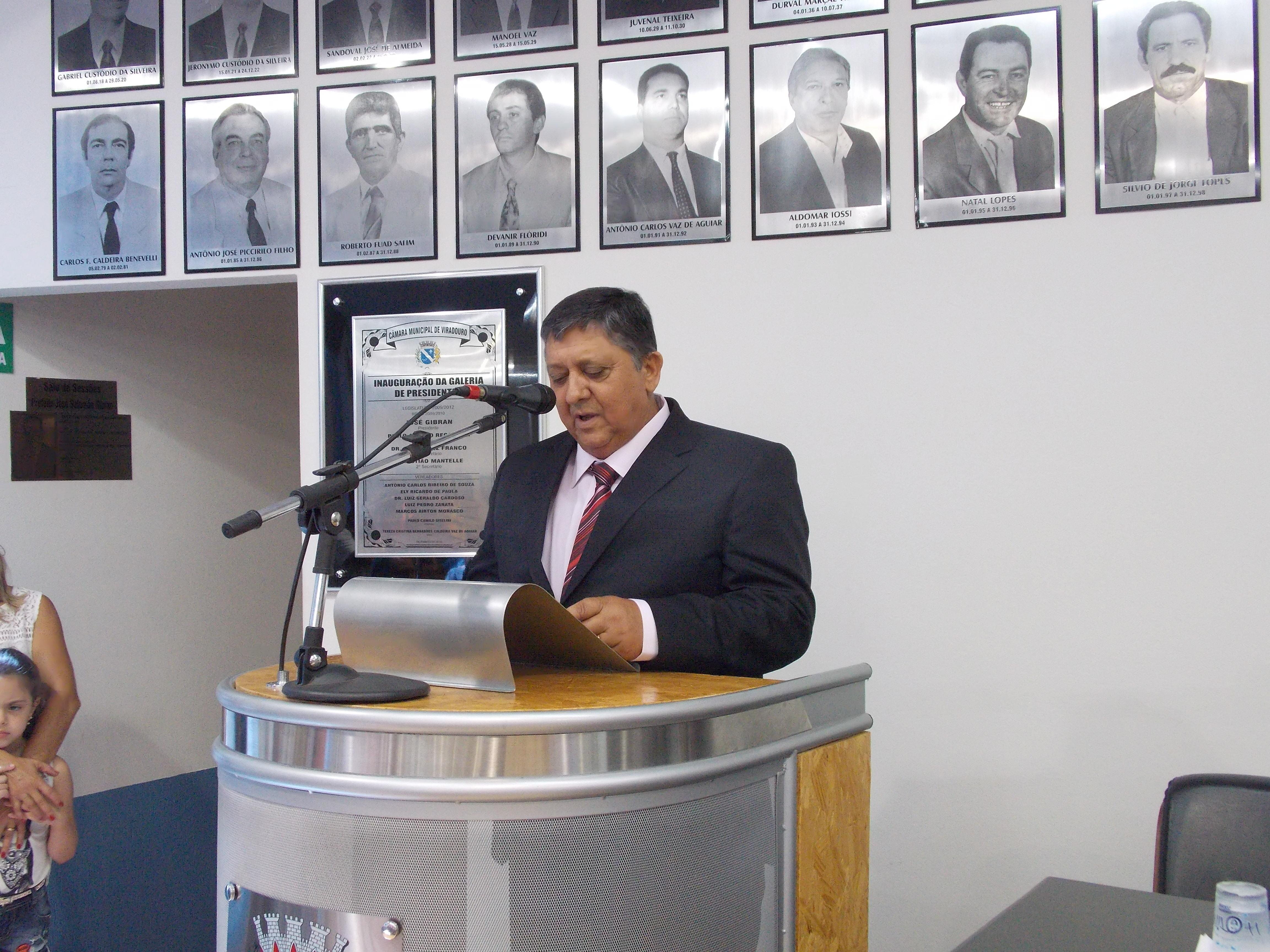 Vereador Paraná do bar discursa durante sua posse.