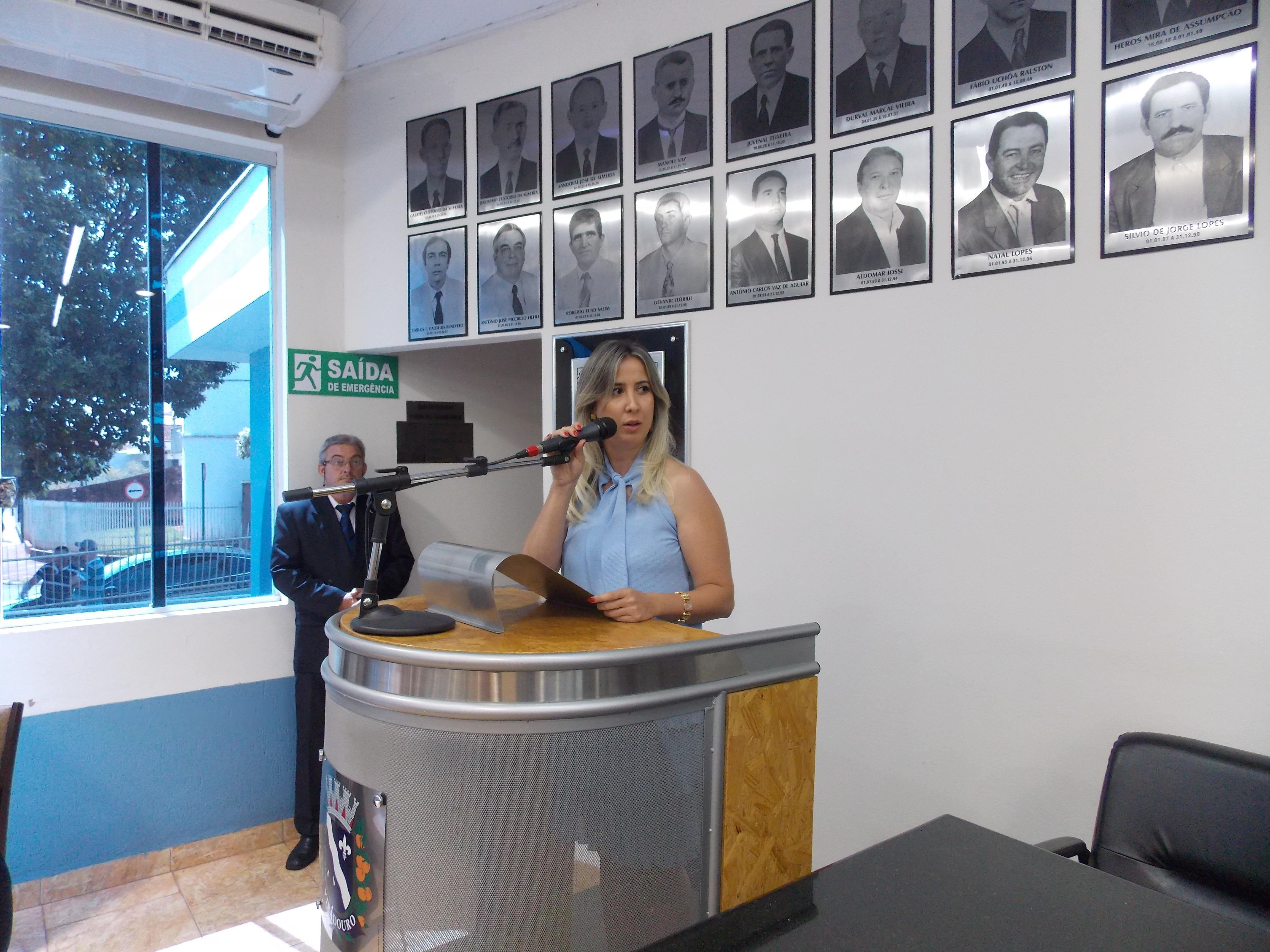 Vereadora Paula Guiselini discursa durante sua posse.