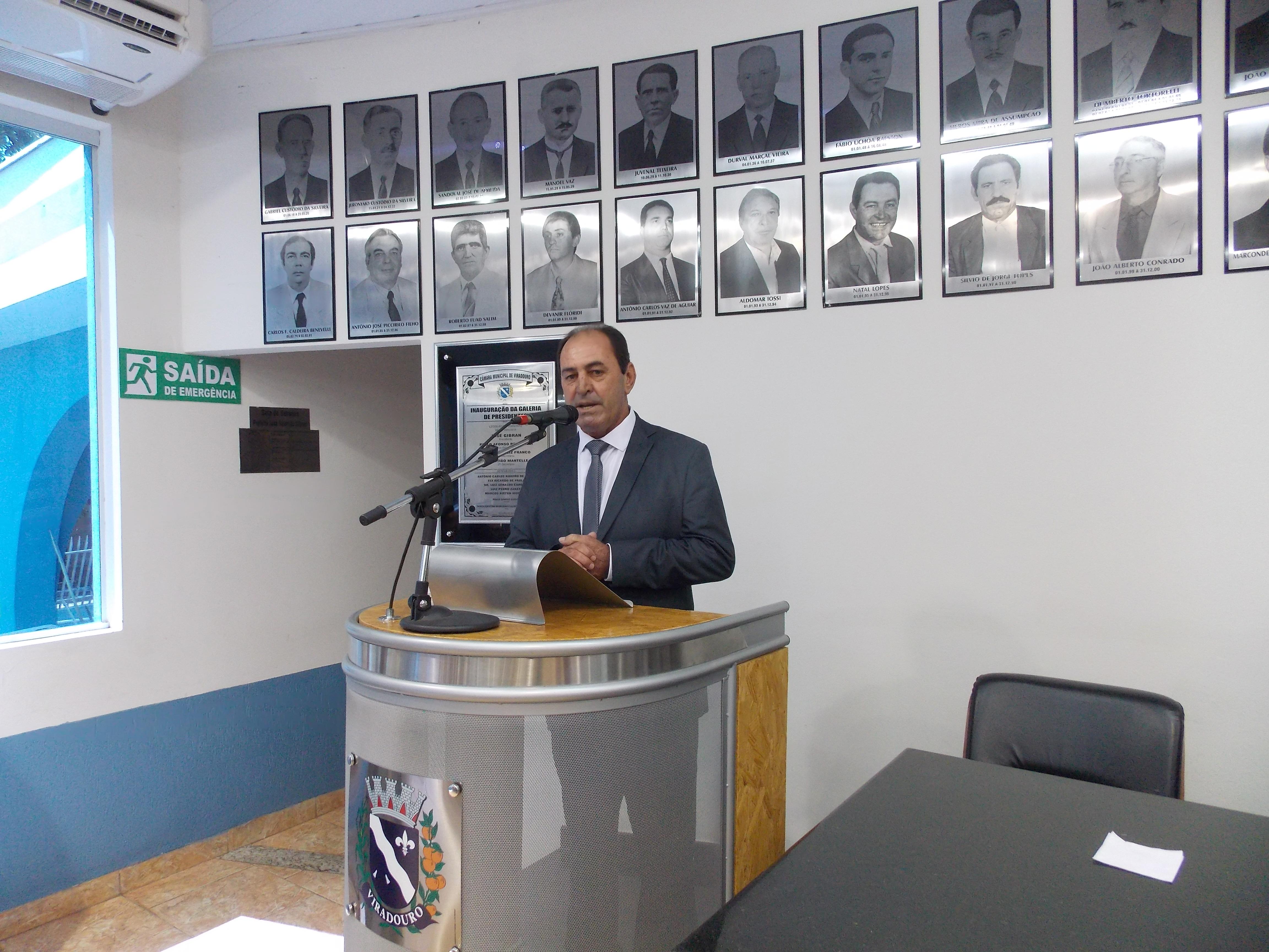 Vice-Prefeito Natal Lopes discursa durante sua posse.