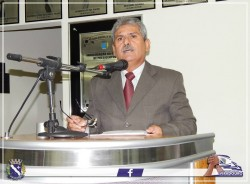 Vereador Erney Antônio de Paula discursa durante Sessão Solene.
