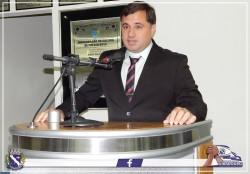 Vereador Eder Rodrigues de Oliveira  discursa durante Sessão Solene.