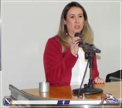 Vereadora Paula Guiselini discursa durante Sessão Solene.